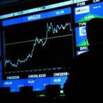 На валютных торгах 1 октября доллар снова стоит дешевле 65 рублей