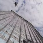 В центре столицы мужчина выпал из окна седьмого этажа