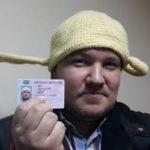 Москвич, сфотографировавшийся на права в дуршлаге, теперь должен пожизненно носить его за рулем