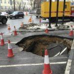 Дороги продолжают «утекать» — сразу два авто провалились под асфальт на северо-востоке Москвы