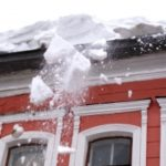 Очередное падение снега с крыши на ребенка расследует Следственный комитет