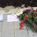 Москвичи соболезнуют жертвам нового теракта во Франции и несут цветы к посольству