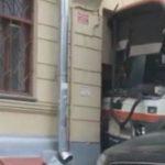 ДТП на Плющихе: автобус врезался в дом