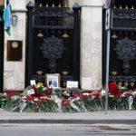Москвичи выражают соболезнования всему Узбекистану — посольство буквально усыпано цветами