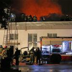 Чудовищный пожар на складе пластиковых изделий остановлен ценой жизни восьми спасателей
