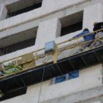 Рабочий-строитель упал в оборвавшемся с высоты 5-го этажа подъемнике и выжил