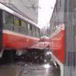 Легковушку на проспекте Мира прижало двумя трамваями, на месте ДТП пробка