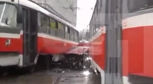 mashinu-zazhali-tramvai