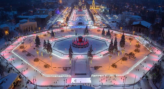 Самый крупный каток мира. расположенный на территории ВДНХ, посетило 2 января более 16 тысяч посетителей