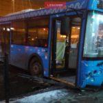У «Речного вокзала» в САО автобус врезался в столб