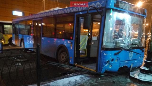 В Левобережном районе автобус врезался в столб