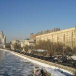 Пьяная женщина чуть не провалилась под лед на Москва-реке, ей помогли спасатели