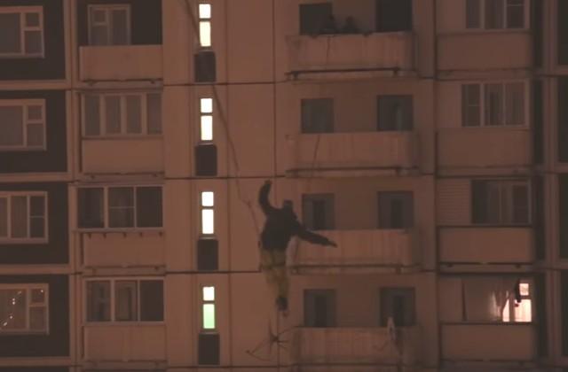 Экстремал канатоходец Макс Кагин попытался перейти по тросу между двумя 16-этажными домами в Марьино
