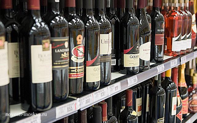 Сколкьо в среднем стоит бутылка вина в Москве и в России