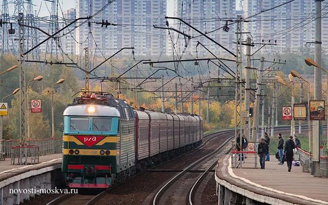Поезд сбил двух человек Битца Бутово