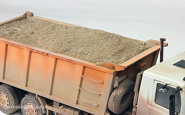 грузовик засыпал полицейских песком