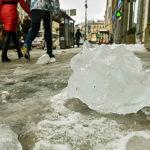 Падение заледеневшего снега стало причиной трагедии в Басманном районе