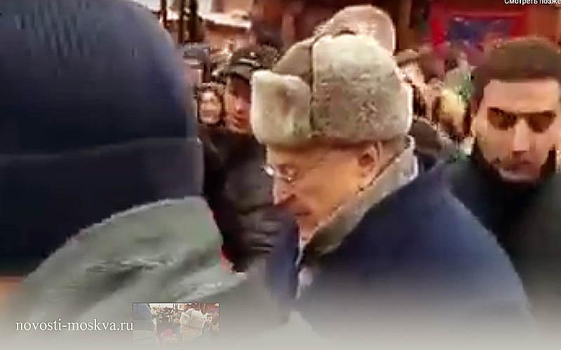 жириновский раздает деньги на красной площади холопам и крепостным